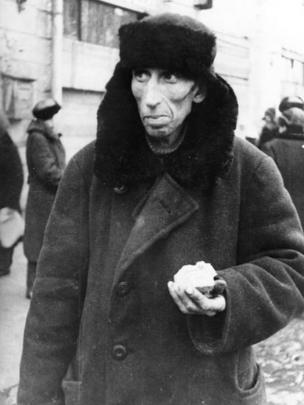 Житель блокадного Ленинграда с выданной дневной нормой хлеба