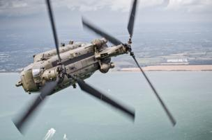Un helicóptero Chinook realiza una maniobra