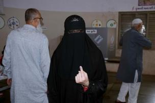 અધિકારની અભિવ્યક્તિ: રાજકોટમાં મહિલા મતદારે તેમના મતાધિકારનો ઉપયોગ કર્યો