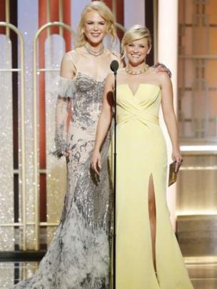 Nicole Kidman và Reese Witherspoon cùng trao một giải thưởng.