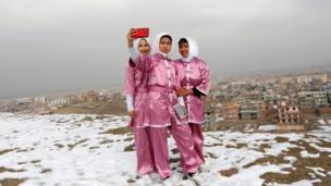 فتيات أفغانيات يمارس الوشو على قمة جبل بالعاصمة كابول