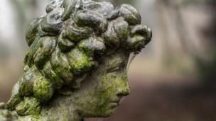 تمثال من الحجر