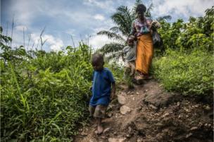 Criscent Bwambale vive com sua avó em uma casa de barro rodeada por plantações de cacau em Uganda. Em janeiro, a família respondeu a um chamado de uma equipe médica que, apoiada pela ONG Sightsavers, convidou crianças da comunidade a fazer exame de vista.