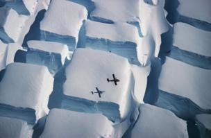 صورة جوية لطبقة جليدية تقع في منطقة القارة القطبية الجنوبية أشبه بمكعبات السكر