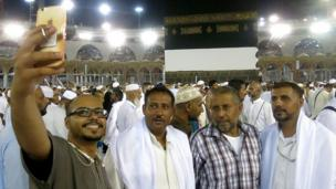 Entre tradition et modernité, la Mecque n'échappe pas à la mode du selfie.