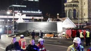 El camión detenido con los destrozos en el mercado callejero