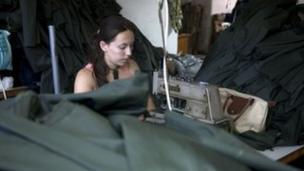 Un atelier en Albanie produisant des uniformes pour l'armée grecque