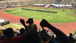 Ndị mmadụ pụtara n'igwe ha n'ọgbọ egwuregwu Harare ị fere Mugabe aka ikpeazụ