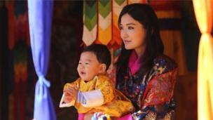 โซเชียลมีเดียช่วยเสริมสร้างภาพลักษณ์ของราชวงศ์ภูฏาน โดยประเทศนี้เพิ่งจะมีอินเทอร์เน็ตใช้เมื่อปี 2542 และสมเด็จพระราชินีเจตซุน เพมา วังชุก ทรงโพสต์พระบรมฉายาลักษณ์ส่วนพระองค์ที่ทรงฉายร่วมกับพระบรมวงศานุวงศ์ลงเฟซบุ๊กเป็นประจำ
