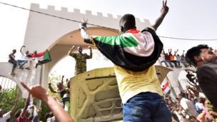 A wannan hoton ana iya ganin wani dan Sudan na nuna murnarsa a gaban shalkwatar sojojin Sudan da ke Khartoum.