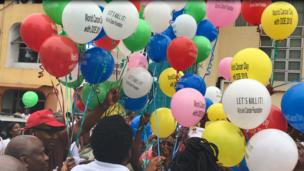 Balloons wey dem release to honour people wey don die because of cancer
