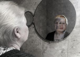 Reflejo de una mujer mayor.