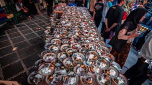 Wani masallaci inda aka raba abincin bude baki a birnin Yogyakarta na kasar Indonesia ranar Litinin