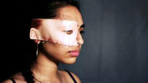 صورة لفتاة سمراء