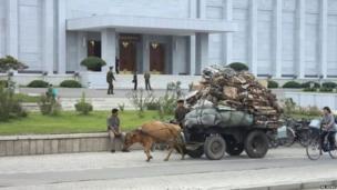 पण, इथली परिवहन व्यवस्था फारसी चांगली नाही. हा माणूस रिसायकल करण्यासाठी मोठं भंगार बैलगाडीतून घेऊन जात आहे.