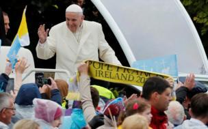 Папа Франциск привектствует собравшихся у нокской святыни