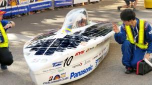 """Японская """"солнечная машина"""" ждет начала гонки"""
