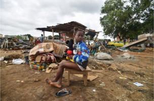 Seorang gadis muda menatap tempat tinggalnya yang hancur setelah hujan deras di Abidjan, Pantai Gading.