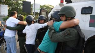 Militares y civiles abrazándose