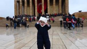 Ankara'da soğuk hava ve kar yağışı Anıtkabir'i ziyaret eden çocukları zorladı.