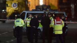 夜幕降臨,警方繼續調查議會大廈外發生的襲擊事件。