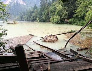 目前景區道路多個海子存在不同程度受損,多處山體垮塌。這是8月9日拍攝的五花海景點。