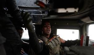 بعد تطهير منطقة طوبزاوه ، تقدمت الفرقة الذهبية غربا واشتبكت مع مسلحين في بلدة بزوايا، آخر قرية على الطريق المؤدية إلى الموصل من مدينة أربيل الخاضعة لسيطرة الأكراد. وهنا جندي يمرر ذخيرة إلى جندي زميله في مدرعة هامفي خلال القتال