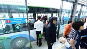 Điểm đầu là bến xe Yên Nghĩa và điểm cuối là bến xe Kim Mã với 21 nhà chờ.