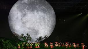 Một màn trình diễn của các diễn viên múa tại lễ khai mạc ASIAD 2018