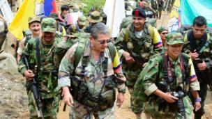 Pablo Catatumbo, en el centro, rodeado de otros guerrilleros, llegando a La Elvira, Buenos Aires, Cauca.