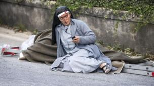 Monja mirando un teléfono