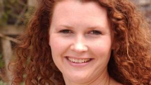 Sara Thomas (Helen Rosser Davies)