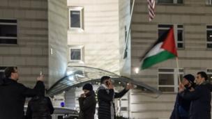 فلسطینیانو د جرمني برلین ښار کې د امریکا سفارت مخې ته مظاهره کړې.