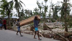 Жители Гаити несут гроб