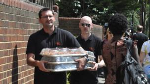 Des habitants venants de différents quartiers de Londres apportant des dons aux rescapés et aux proches des disparus.