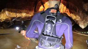 داخل الكهف، غمرت المياه ممرات المرور الضيقة بالكامل، ويجب توجيه الأولاد للغوص عبر المياه الموحلة
