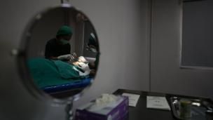 แพทย์ลงมือผ่าตัดให้กับ อัญชลี โดยการผ่าตัดวิธีนี้จะใช้เวลาประมาณ 30 นาที