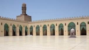 La mosquée El Hakim dans Le Caire islamique. Ce lieu de culte majestueux a été construit par le calife fatimide Al Aziz ainsi que son fils Al Hakim en 1013.