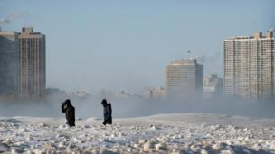 Dos personas caminando en un paisaje congelado