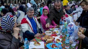 مسلمون أتراك يتناولولون وجبة الإفطار