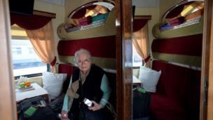 Una mujer es fotografiada en su camarote.