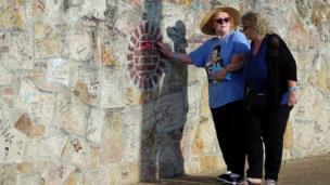 جاءت آن لاولور(يسار) من إنجلترا خصيصا للمشاركة في إحياء ذكرى إلفيس بريسلي في ولاية تينيسي الأمريكية.