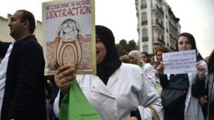 Le personnel de santé manifestent un jour après la confirmation d'Abdelaziz Bouteflika de rester au pouvoir au-delà de son quatrième mandat. (19 mars 2019)