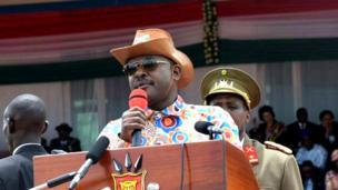 Umukuru w'igihugu c'u Burundi, Pierre Nkurunziza, yambaye inkofero ikozwe mu biti yahinguwe na Anique Kabatesi