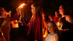 حرصت ليزا بريسلي، ابنه إلفيس، على إضاءة الشموع بصحبة محبي فن والدها في ذكرى وفاته الأربعين.
