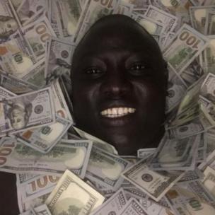 """Lawrence Lual Malong Yor fait le buzz sur les réseaux sociaux. Il a fait une vidéo avec des billets de banque et se fait appeler le """"Donald Trump"""" Sud-Soudanais."""
