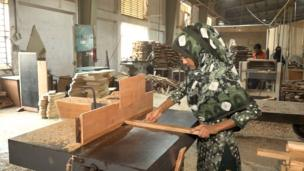 কাঠের কাজে নারী