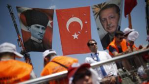 Alanda Mustafa Kemal Atatürk ve Cumhurbaşkanı Recep Tayyip Erdoğan'ın fotoğrafları yan yana asıldı.