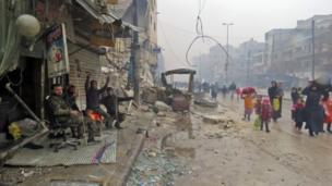 ทหารซีเรียโบกไม้โบกมือให้ประชาชนที่เดินทางมาถึงย่านฟาร์ดอส