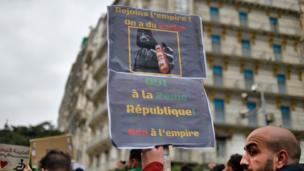 À Alger, les manifestants ne veulent pas basculer du côté obscur de la force (8 mars).